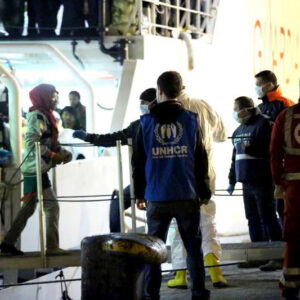 La UNHCR con la Guardia costiera italiana, sbarca alcuni rifugiati nel porto di Palermo (Foto UNHCR/F. Malavolta)