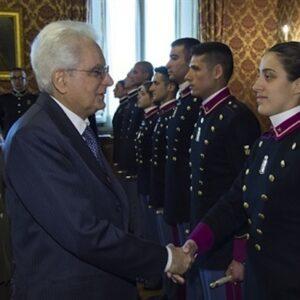 Il Presidente Sergio Mattarella con il Gen. C.A. Danilo Errico, Capo di Stato Maggiore dell'Esercito, durante l'incontro con una rappresentanza di allievi degli Istituti di Formazione dell'Esercito, in occasione del 154° anniversario della costituzione