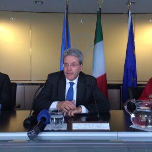 Paolo Gentiloni durante la conferenza stampa con i giornalisti
