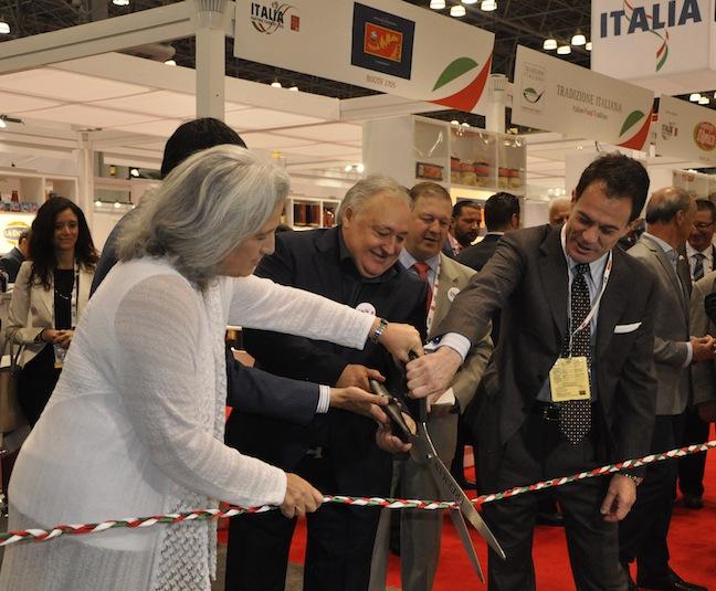 Donato Cinelli della Universal Marketing eMaurizio Forte, direttore dell'ICE tagliano il nastro del padiglione italiano al Fancy Food