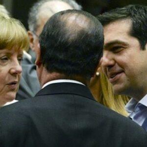 Il premier greco Alexis Tsipras (a destra) con la cancelliera tedesca Angela Merkel e il presidente francese Francois Hollande (di spalle)
