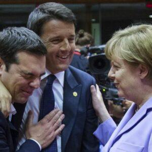 Il premier italiano Matteo Renzi tra quello greco Alexis Tsipras e la cancelliera tedesca Angela Merkel (Foto di Yves Herman - Reuters)