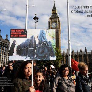 Una protesta dei curdi contro l'ISIS a Londra