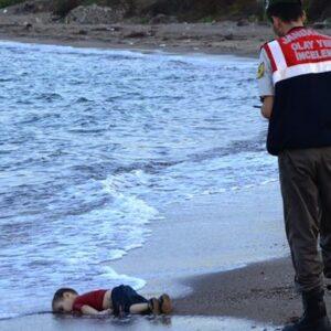 Una foto sconvolgente sul dramma che accade da anni nel Mediterraneo: un poliziotto turco davanti al corpo di un bimbo annegato dopo che una barca di profughi è affondata nei pressi dell'isola greca di Kos (Foto AFP/Getty Images)