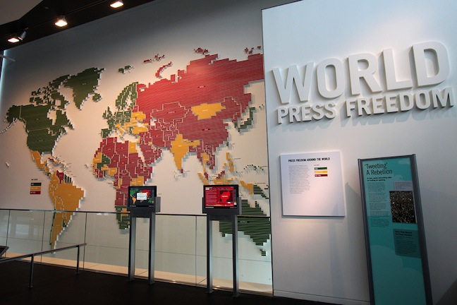 La World Press Freedom Map del Newseum di Washington, DC, in cui nelle nazioni in verde c'è la piena libertà di stampa: notare il colore dell'Italia...