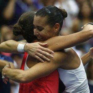 Flavia Pennetta (a destra) abbraccia Roberta Vinci alla fine della partita (Foto Reuters)