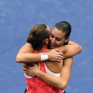 La vincitrice degli US Open 2015 Flavia Pennetta corre ad abbracciare la compagna appena sconfitta Roberta Vinci (Foto Getty)