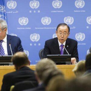 Il Segretario Generale dell'ONU Ban Ki-moon parla ai giornalisti all'apertura dei lavori della 70esima Assemblea Generale. Alla sua sinistra il portavoce Stéphane Dujarric (Foto ONU/Mark Garten)