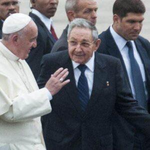 Papa Francesco all'arrivo a Cuba con Raul Castro e, alla sua sinistra, Raul Rodriguez, da molti considerato come erede designato