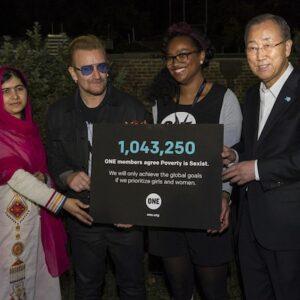 Il Segretario Generale dell'ONU Ban Ki-moon (a destra) with Malala Yousafzai (a sinistra), Bono (al centro), e una volontaria al the Global Citizen Festival. (Foto ONU /Eskinder Debebe)