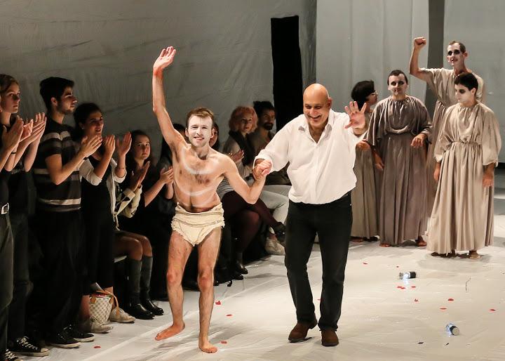Dario D'Ambrosi (a destra) saluta il pubblico insieme ad un attore, dopo una replica di Medea. Foto: by Lee Wexler/Images for Innovation