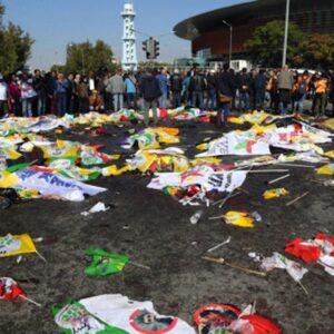 I corpi delle vittime dell'attentato terroristico di Ankara, coperti dalle bandiere della manifestazione pacifista a cui stavano partecipando (Foto Getty)