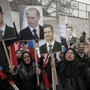 Una delle manifestazioni pro regime di Assad davanti all'ambasciata russa a Damasco