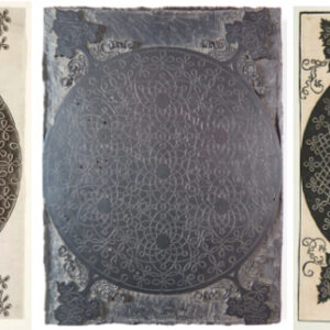 Incisione iniziale, firmata al centro e intorno da Leo(nardo) da Vi(n)ci, di un volume di stampe di incisore anonimo, pubblicato a Milanointorno al 1498; in mezzo, la matrice; a destra, la copia ripresa da Dürer e firmata al centro col suo monogramma