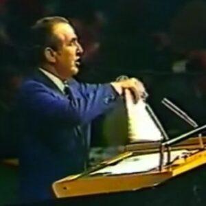 10 Novembre 1975: l'ambasciatore israeliano Chaim Herzog strappa la risoluzione 3379 davanti all'Assemblea Generale dell'ONU