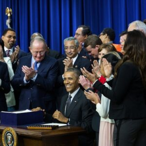 Il presidente Barack Obama firma l'Every Student Succeeds Act (ESSA)