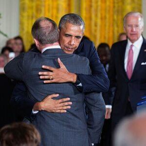 Il presidente Barack Obama abbraccia Mark Barden, il padre di uno dei bambini uccisi nel massacro della scuola elementare di Sandy Hook (Foto White House)